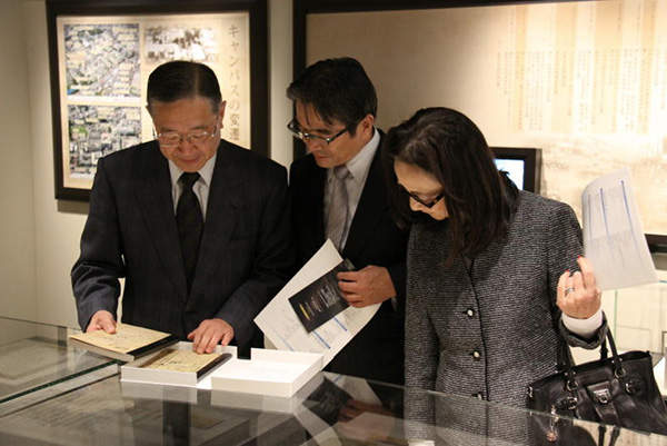 写真:東京芸術大学長の宮田亮平先生が資料館を視察