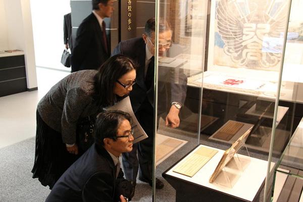 写真:東京芸術大学長の宮田亮平先生が資料館を視察_002