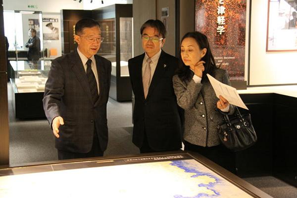 写真:東京芸術大学長の宮田亮平先生が資料館を視察_003
